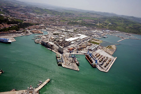 Veduta aerea del porto di Ancona con la nuova vasca di colmata