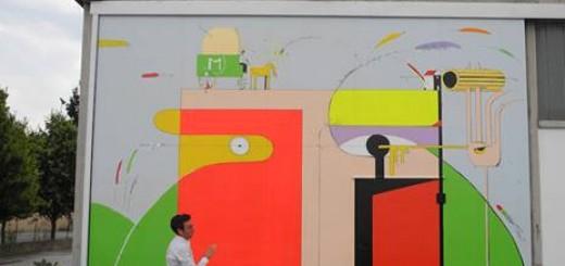 Gabriele Giacchi davanti al suo murales sul Pastificio Montagna