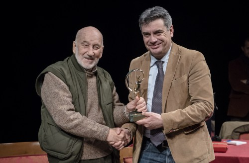 La-Fortuna-dOro-consegnata-a-Gianni-Berengo-Gardin-dal-Sindaco-di-Fano-Massimo-Seri