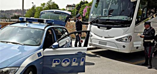 Controlli polizia stradale a pullman che svolgono servizio di noleggio