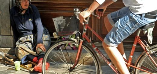 Crisi: poverta', elemosina (mendicante ad Ancona)