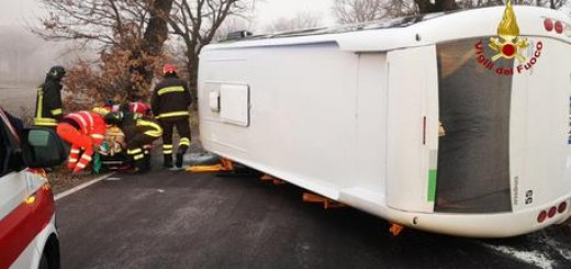Incidenti: autista scuolabus si rovescia con pulmino a Sassoferrato
