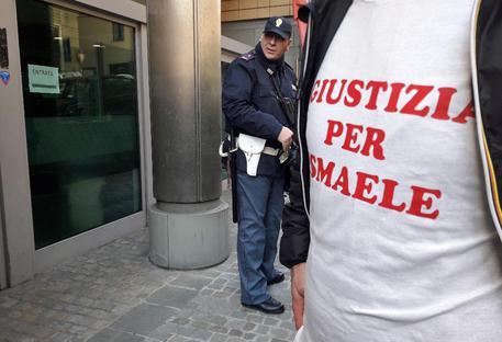 Omicidio Lulli: gli amici in Corte d'Appello ad Ancona con la maglietta 'Giustizia per Ismaele'